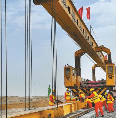 新疆和田至若羌铁路 沙漠里铺铁轨