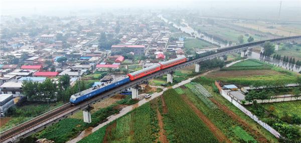 """一列裝載著56根500米長鋼軌的""""特殊專車""""行駛在瓦日鐵路上"""