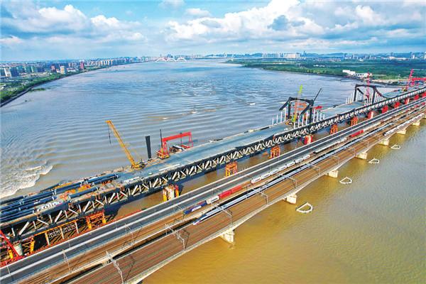 高鐵列車和貨運列車齊頭并進